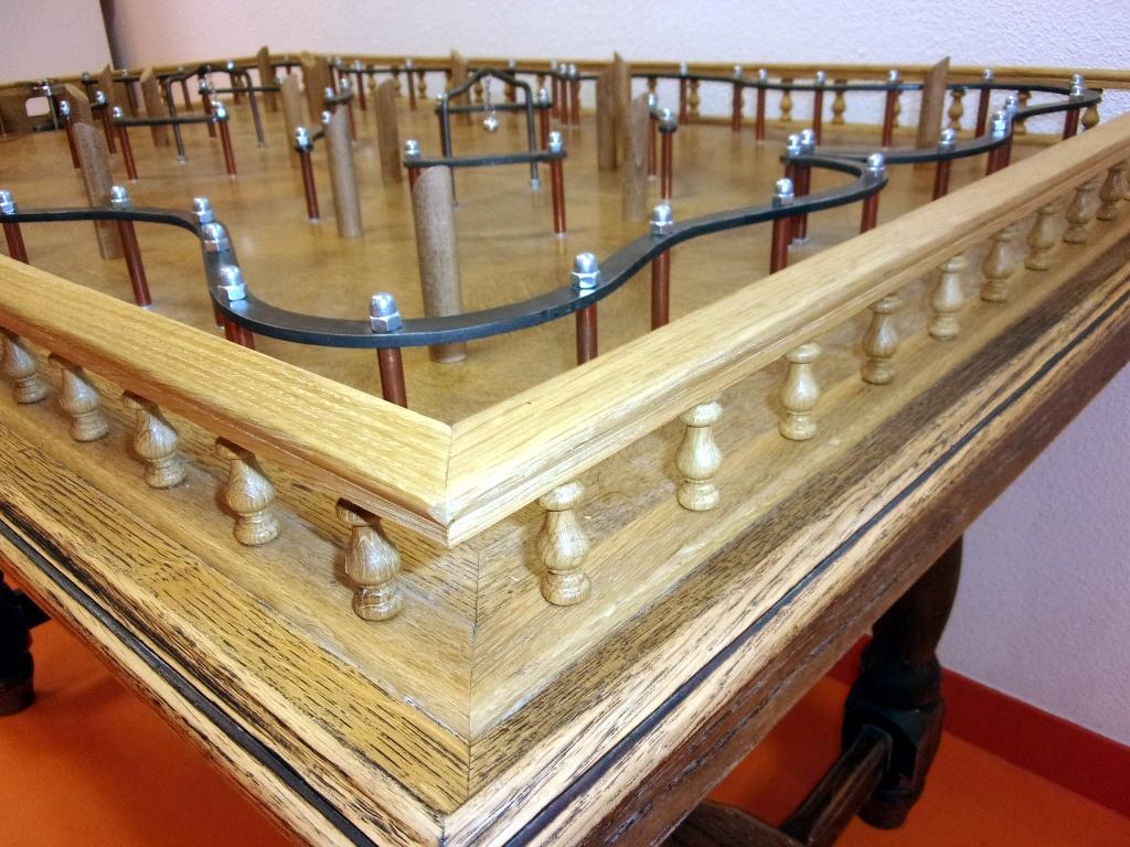 jeux table à toupie en bois