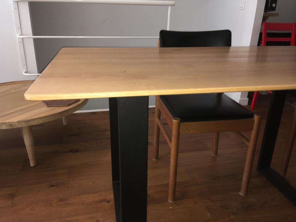 table contemporaine en chêne massif